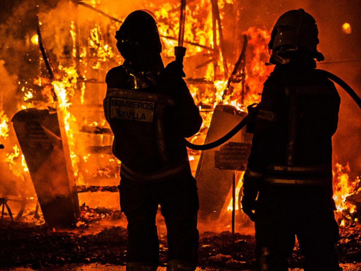 Kontrolliertes Abbrennen, damit die Fassaden der anliegenden Häuser nicht auch in Flammen aufgehen.